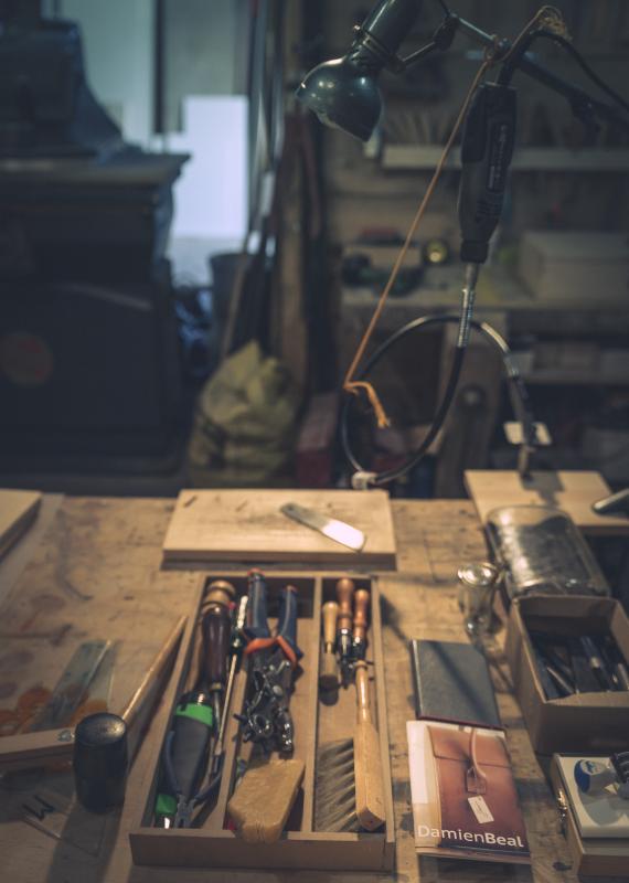 Damien Béal dans son atelier de menuiserie