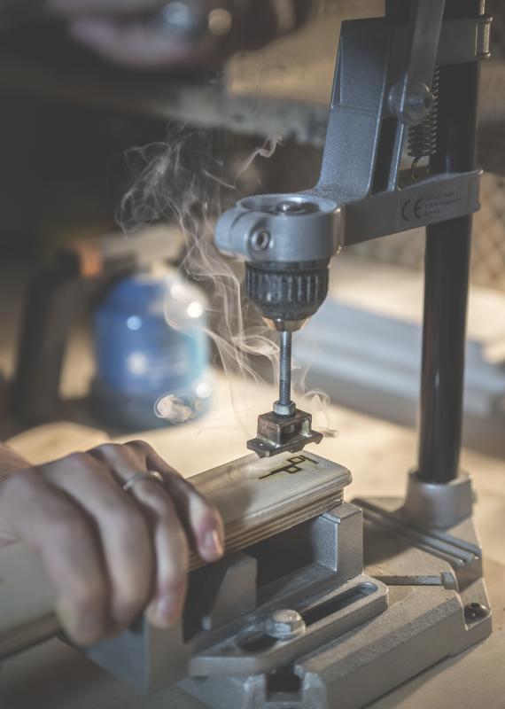 Damien Béal dans son atelier de menuiserie, geste de l'artisan, marquage à chaud