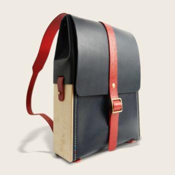Sac à dos en cuir naturel à tannage végétal et bois, bleu marine et rouge imprimé autruche, Le Porteur
