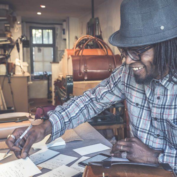 Tété dans l'atelier versaillais pour la création du sac bandoulière en cuir végétal naturel et bois, Le Petit Reliquaire