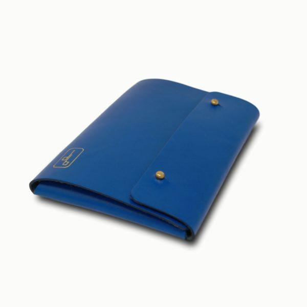 Le Passeport, pochette à documents, en cuir naturel, bleu électrique, Damien Béal