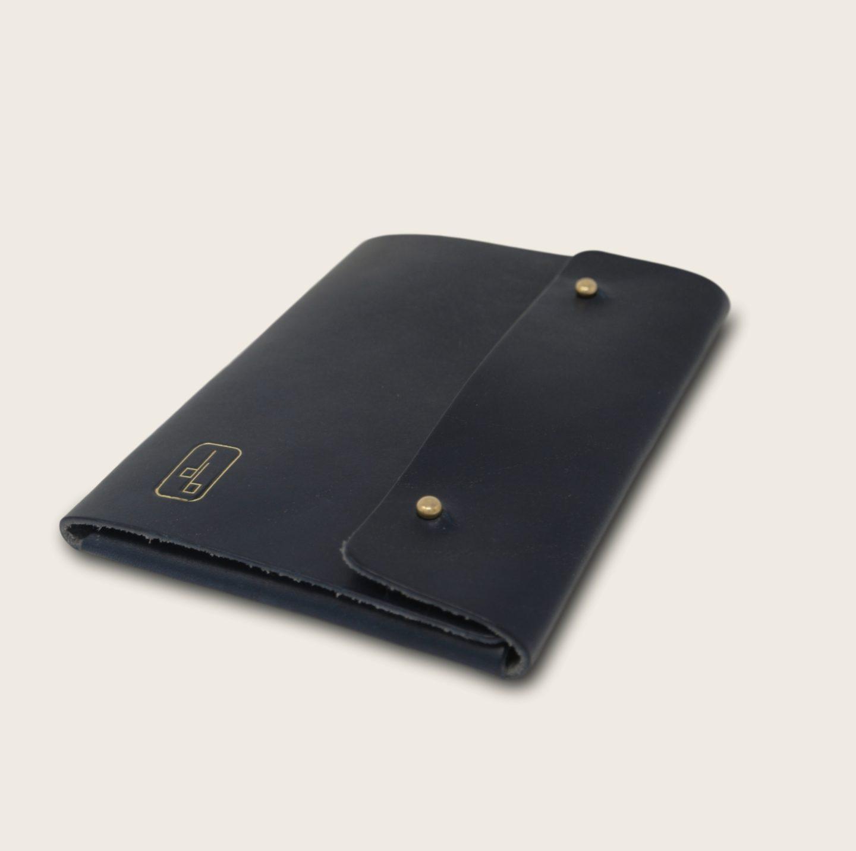 Pochette, chemise pour documents, en cuir naturel à tannage végétal, bleu marine, Le Passeport
