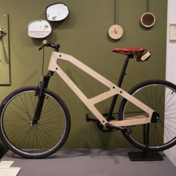 Vélo urbain en bois exposé au concept store Empreintes à Paris - Le Vélo Bois
