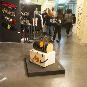 Sac de voyage en cuir naturel à tannage végétal et bois, logo du Wu Tang, pièce unique exposée à La Place Hip Hop à Paris en mai 2017, Le Wu Bag