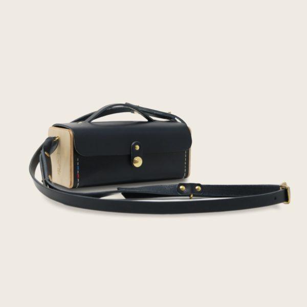 Petit sac à main bandoulière en cuir naturel à tannage végétal et bois, bleu marine, Le Minimum +