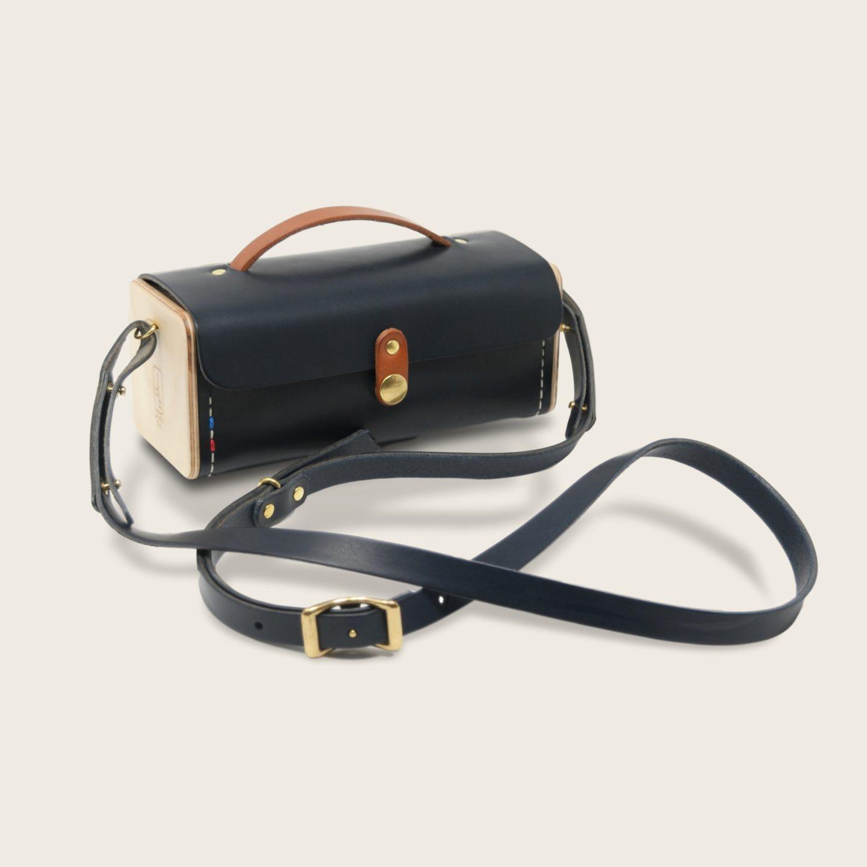 Petit sac à main bandoulière en cuir naturel à tannage végétal et bois, bleu marine et marron whisky, Le Minimum +