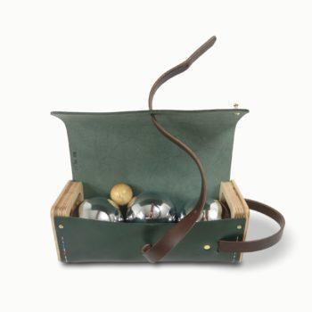 Le Bouliste, étui à boules de pétanque, en cuir naturel et bois, vert sapin et papaya, Damien Béal