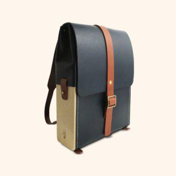 Le Porteur, sac à dos, en cuir naturel et bois, bleu marine et whisky, Damien Béal