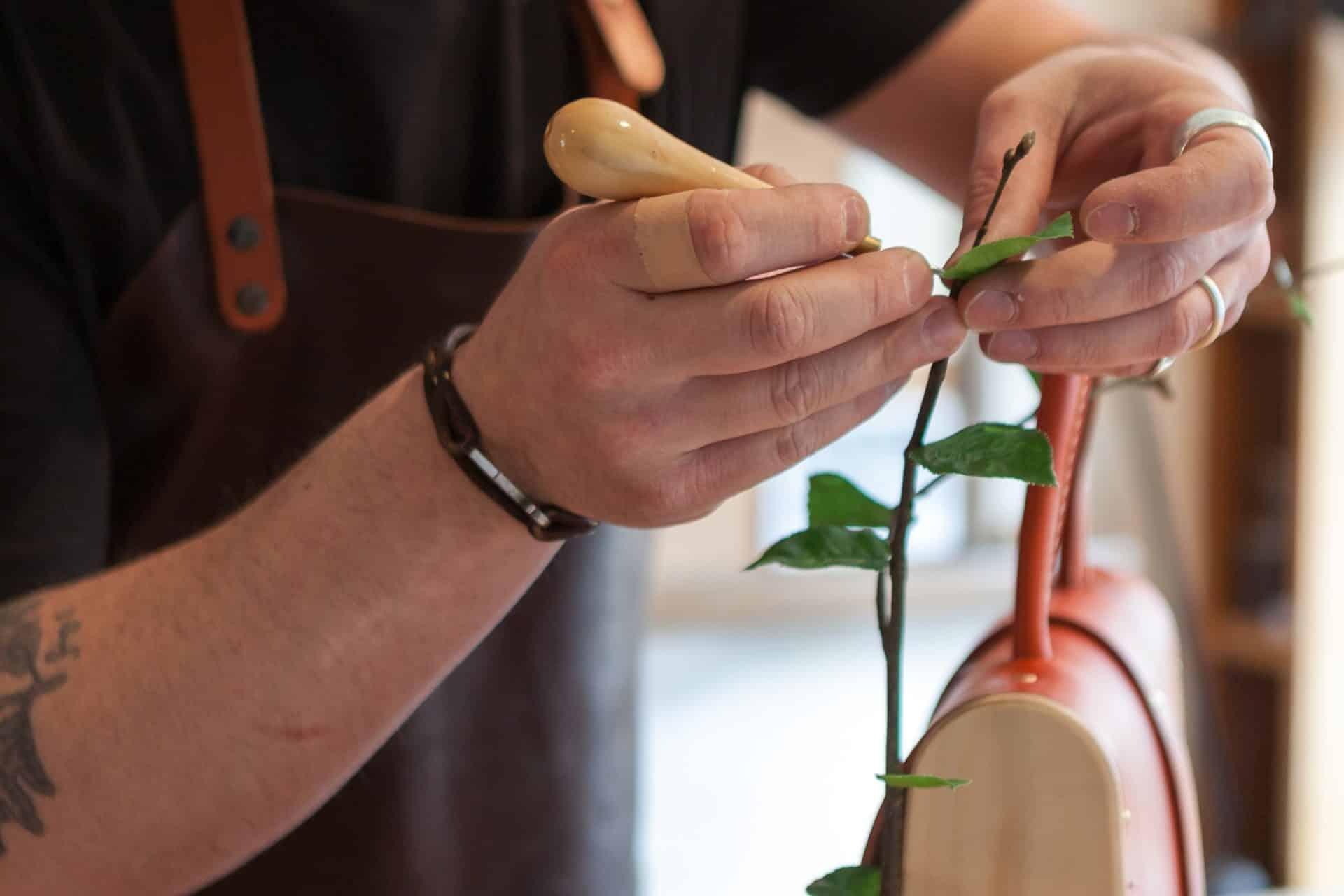 Geste de l'artisan à l'atelier, confection de la Frondaison
