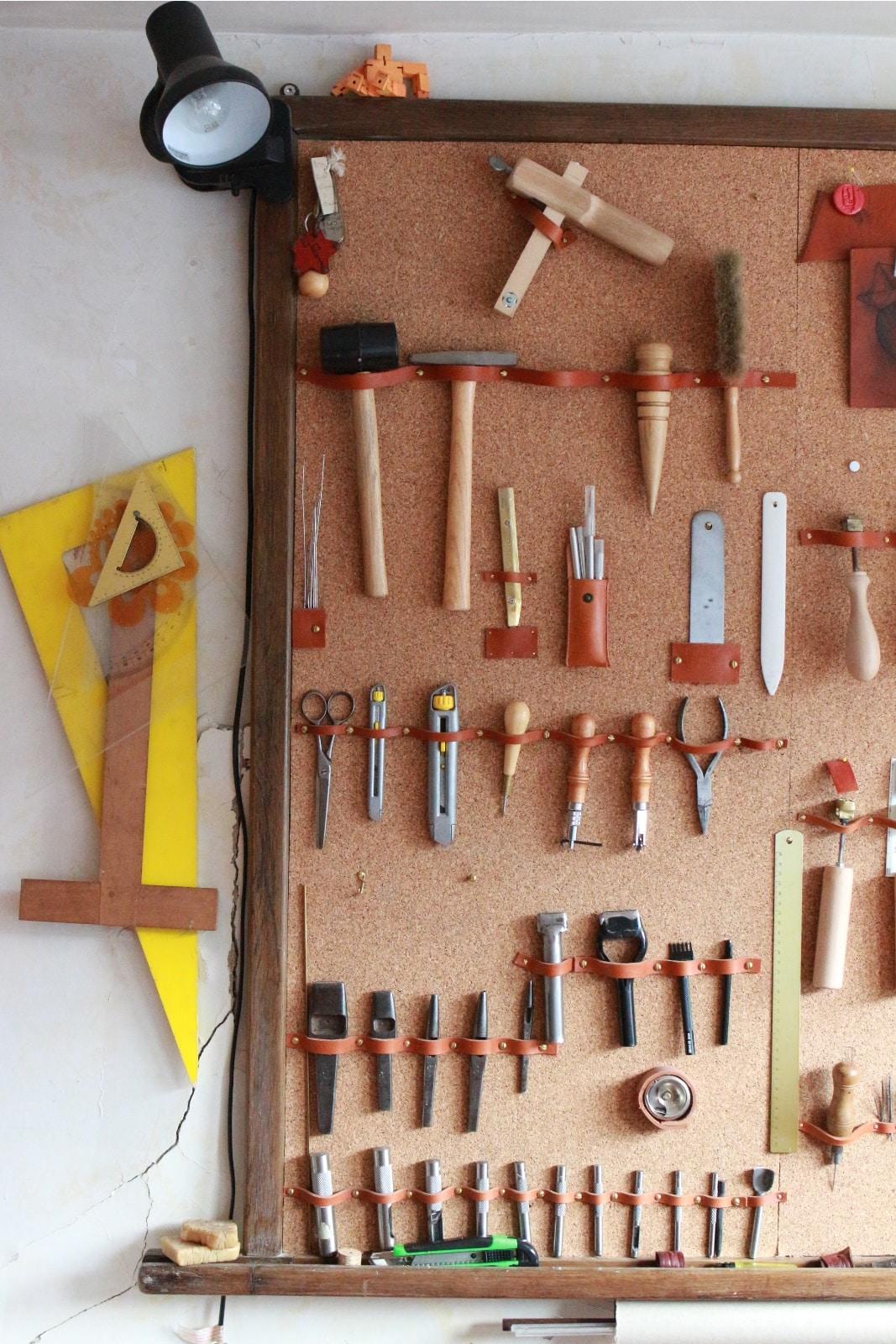 Les outils de l'atelier de maroquinerie