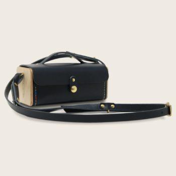 Petit sac bandoulière en cuir naturel à tannage végétal et bois, bleu marine, Le Minimum +