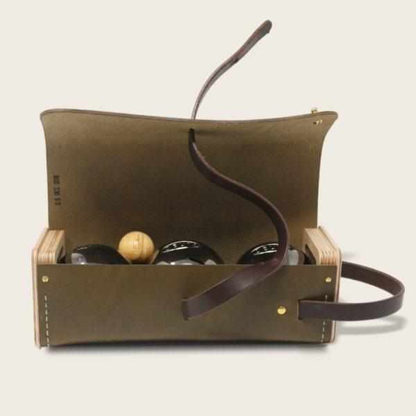 Etui à boules de pétanque en cuir naturel à tannage végétal et bois, vert olive et marron chocolat, Le Bouliste