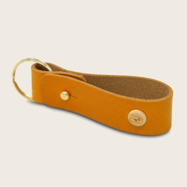 Porte-clés, en cuir naturel à tannage végétal et bois, jaune