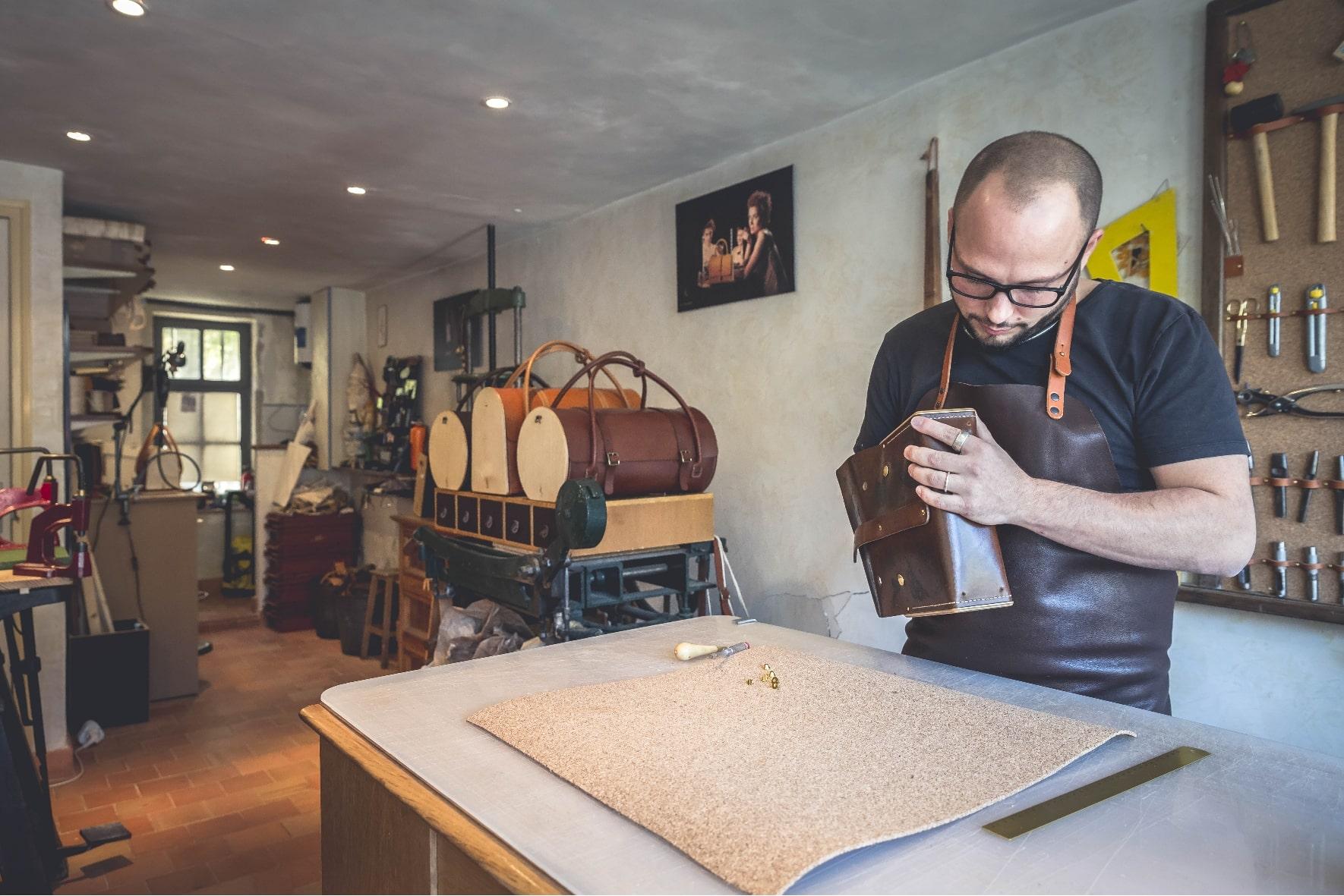 Geste de l'artisan à l'atelier