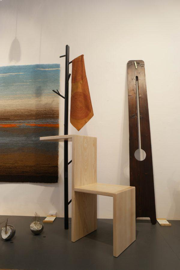 Meuble d'entrée en bois, chêne ou frêne, et porte-manteau en métal et horloge en bois brûlé - Le Vestiaire et La Comtoise
