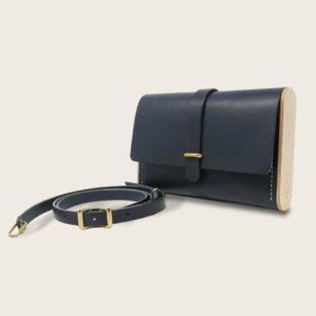 Pochette, petit sac à main, en cuir naturel à tannage végétal et bois, bleu marine, Le Strict Minimum