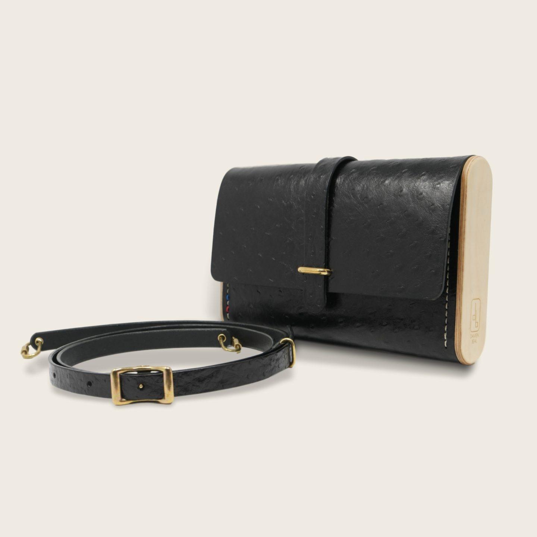 Pochette, petit sac à main, en cuir naturel à tannage végétal et bois, noir imprimé autruche, Le Strict Minimum