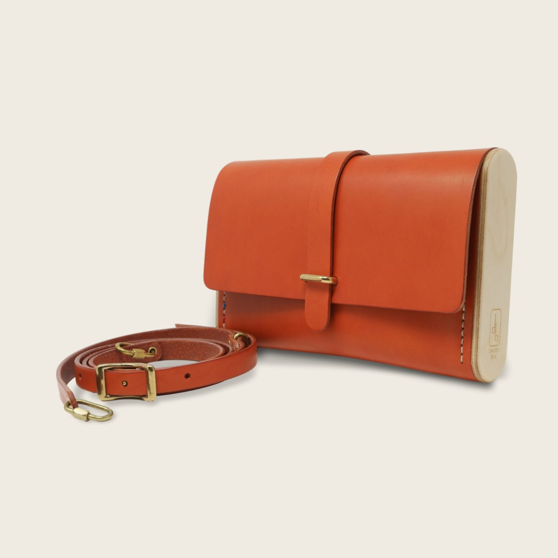 Pochette, petit sac à main, en cuir naturel à tannage végétal et bois, orange, Le Strict Minimum
