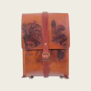 Sac à dos tatoué, tatouage, en cuir naturel et bois, marron whisky, collaboration L'Artisan Tatoueur et Damien Béal, Le Porteur