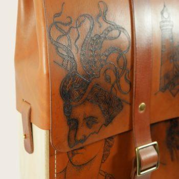 Sac à dos tatoué, tatouage, en cuir naturel et bois, jaune et marron papaya, collaboration L'Artisan Tatoueur et Damien Béal, Le Porteur