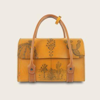 Sac à main tatoué, tatouage, en cuir naturel et bois, jaune et marron papaya, collaboration L'Artisan Tatoueur et Damien Béal, L'Invité