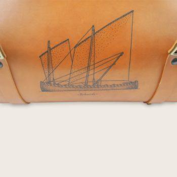 Sac de voyage tatoué, tatouage, en cuir naturel et bois, marron whisky, collaboration L'Artisan Tatoueur et Damien Béal, Le Pause Weekend