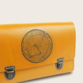 Sac à main tatoué, tatouage, en cuir naturel et bois, jaune, collaboration L'Artisan Tatoueur et Damien Béal, Le Strict Minimum