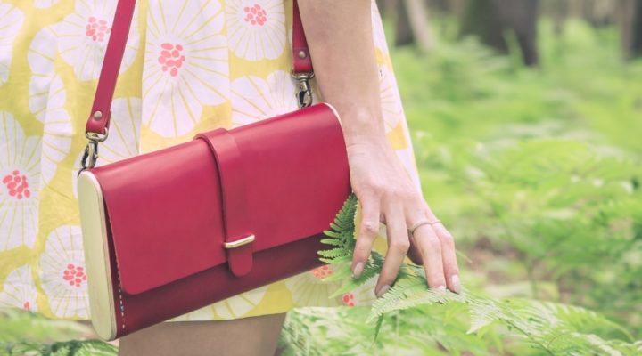 Sac pochette en cuir naturel à tannage végétal et bois, rouge, Strict Minimum