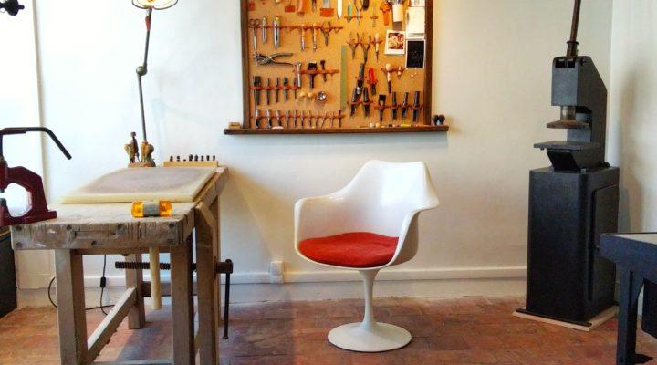 Atelier boutique quartier Saint Louis, Versailles, maroquinerie en bois et cuir