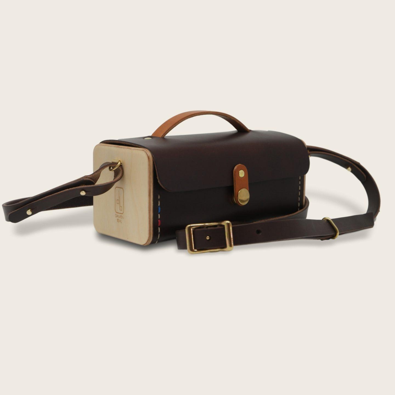 Petit sac bandoulière en cuir naturel à tannage végétal et bois, jaune et blanc, Le Minimum +Petit sac bandoulière en cuir naturel à tannage végétal et bois, marron chocolat et whisky, Le Minimum +