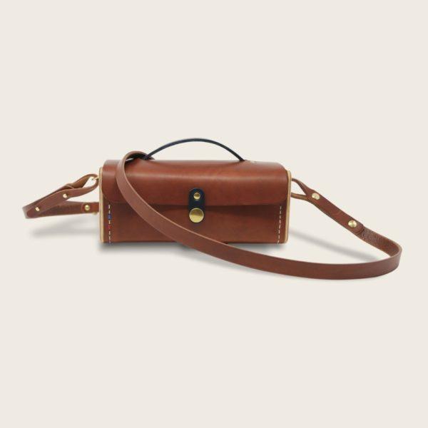 Petit sac bandoulière en cuir naturel à tannage végétal et bois, marron papaya et bleu marine, Le Minimum +