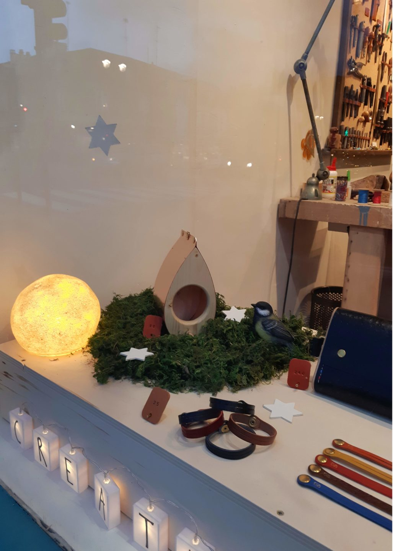 Vitrine de Noël de l'atelier quartier Saint Louis à Versailles, idées cadeaux à glisser sous le sapin