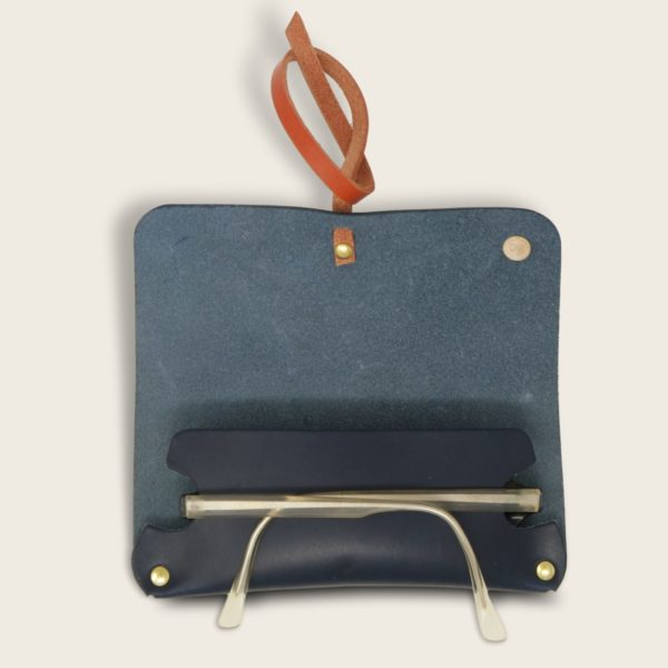 Etui à lunettes, en cuir naturel à tannage végétal et bois, bleu marine et orange