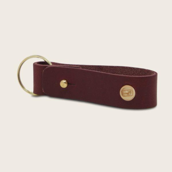 Porte-clés, en cuir naturel à tannage végétal et bois, prune