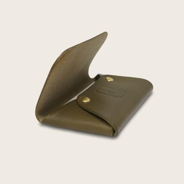 Porte-cartes, en cuir naturel à tannage végétal, vert olive, L'Enveloppe