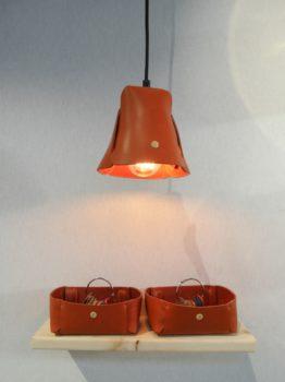 Lampe suspension et vide-poche en cuir naturel à tannage végétal, coloris orange, La Loupiote et Le Vide-Poche d'Aronde