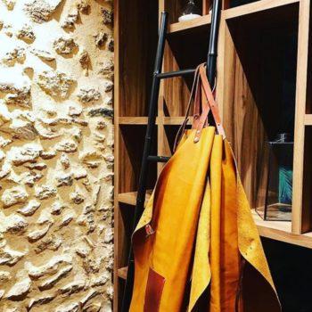 Tablier en cuir pour Le Bistrot du 11, restaurant à Versailles