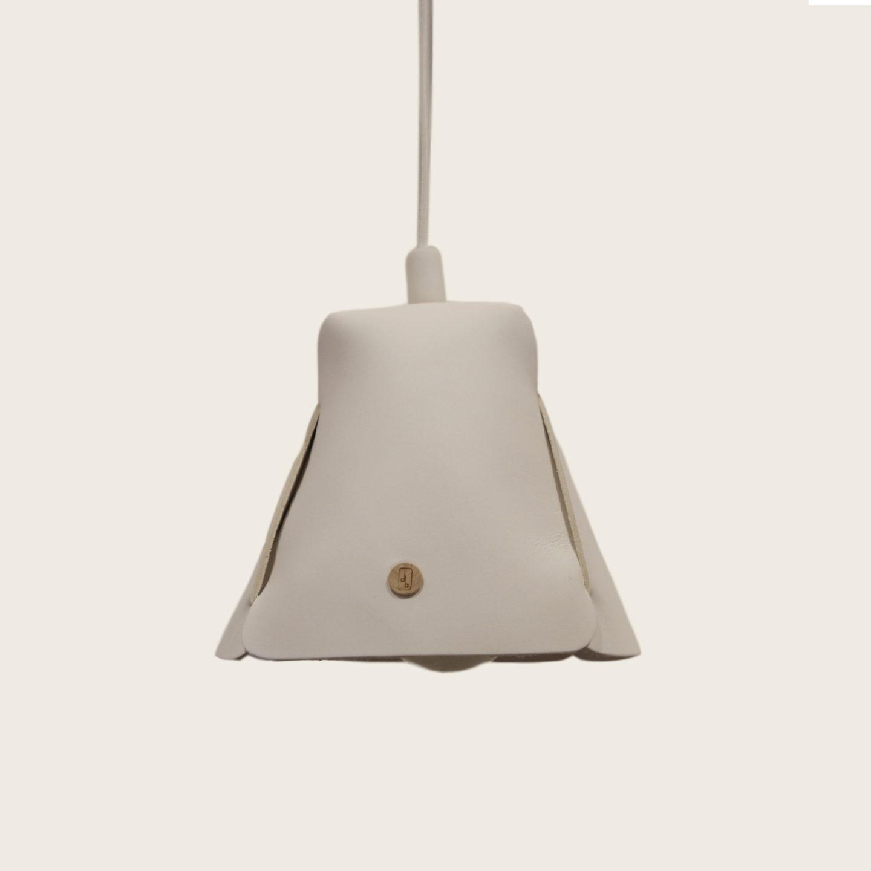 Luminaire, suspension, lampe en cuir naturel à tannage végétal, blanc, Damien Béal