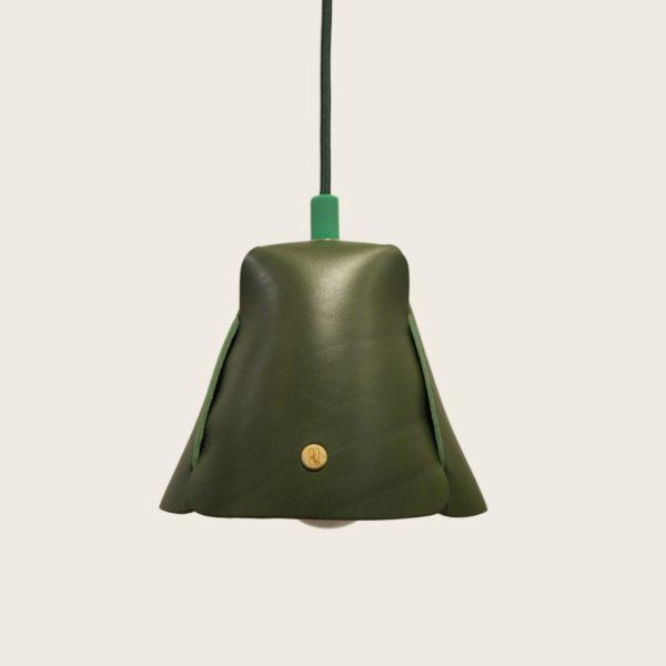 Luminaire, suspension, lampe en cuir naturel à tannage végétal, vert, Damien Béal