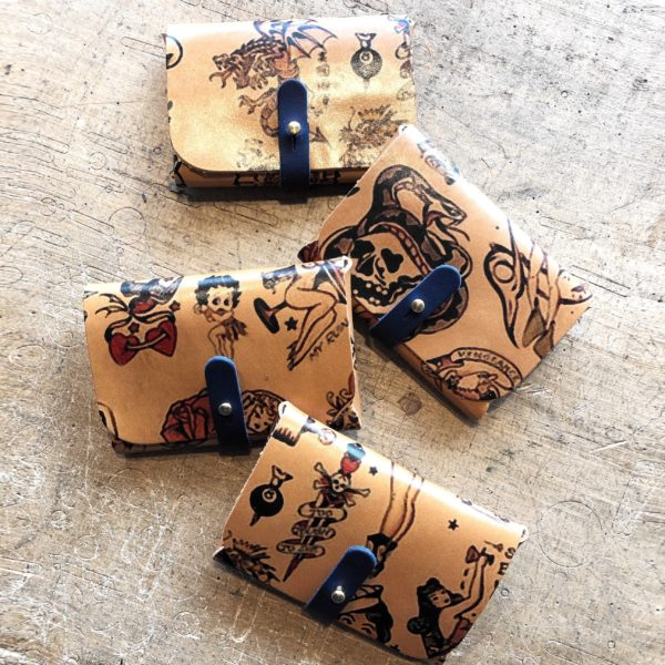 Accessoire porte cartes cuir tatoué, tatouage old school, collaboration In Memories Sportswear et Damien Béa