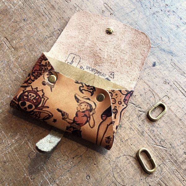 Accessoire porte cartes cuir tatoué, tatouage old school, collaboration In Memories Sportswear et Damien Béal