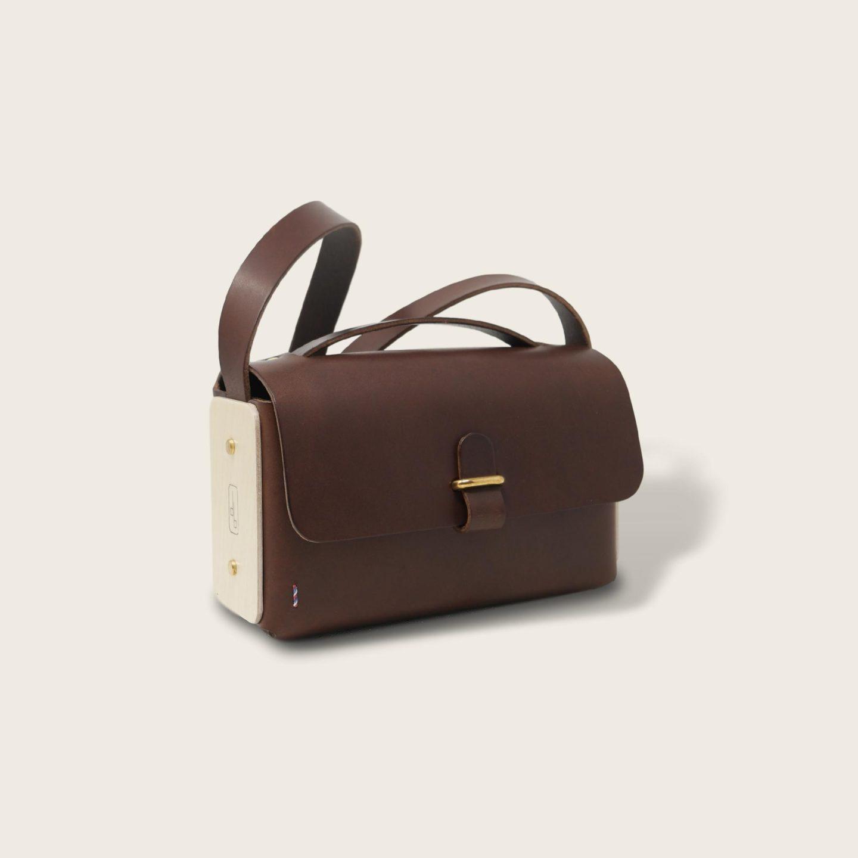 Besace, sac bandoulière en cuir naturel à tannage végétal et bois, chocolat, L'Insolent