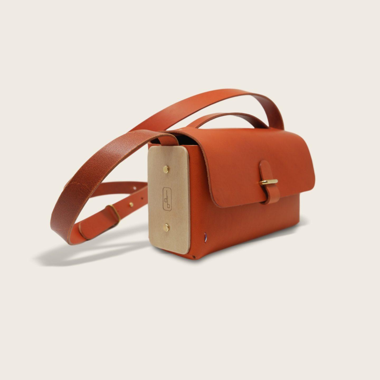 Besace, sac bandoulière en cuir naturel à tannage végétal et bois, orange, L'Insolent