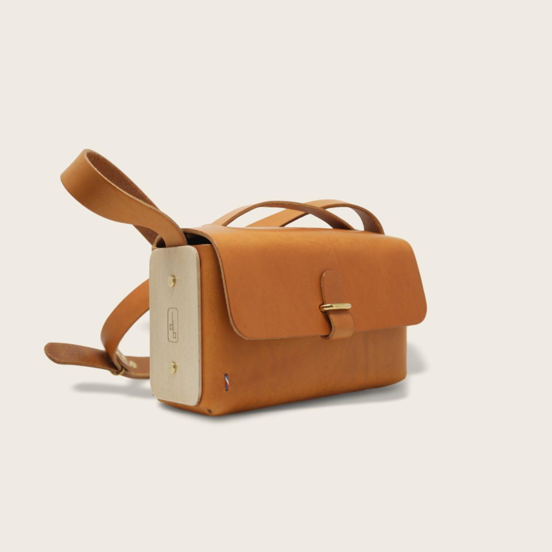 Besace, sac bandoulière en cuir naturel à tannage végétal et bois, whisky, L'Insolent